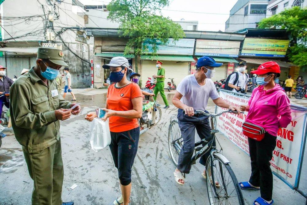 Hà Nội bắt đầu phát phiếu đi chợ cho người dân theo ngày chẵn, ngày lẻ - Ảnh 3.