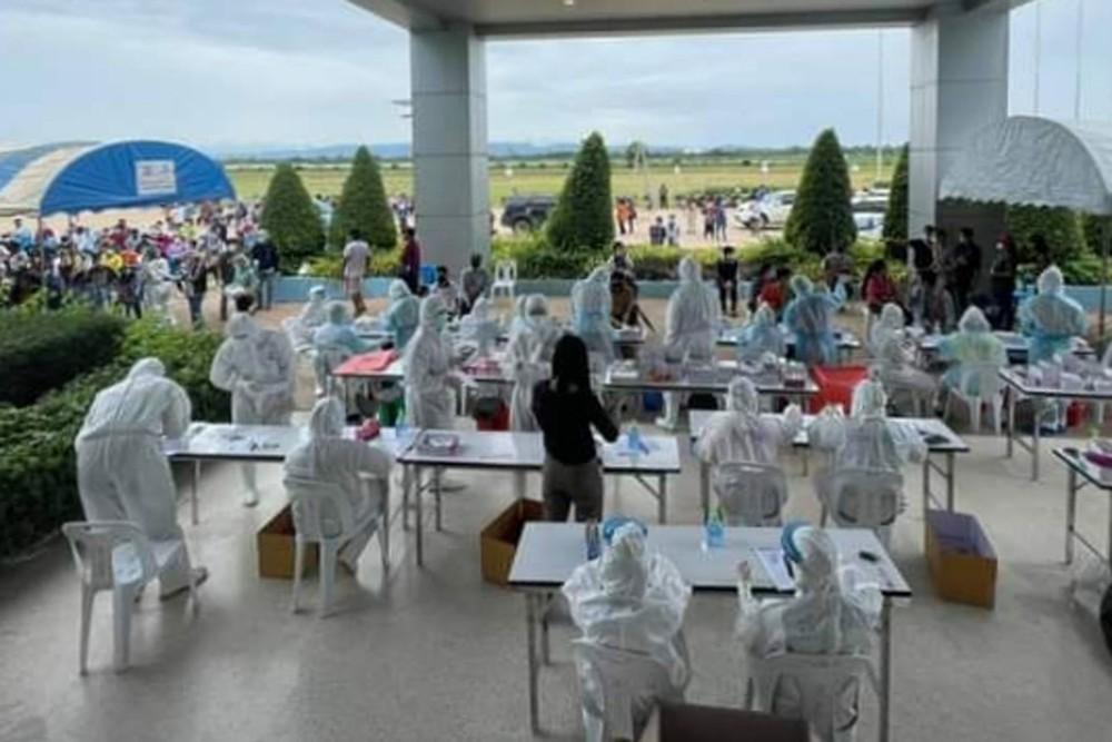 Xưởng chế biến thịt gà lớn nhất Châu Á trở thành ổ dịch Covid-19 khổng lồ: Gần 3500 công nhân bị nhiễm - Ảnh 2.