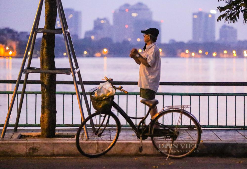 Treo bó rau đạp xe qua Hồ Tây, nhiều người có thể bị xử phạt 2 triệu đồng nếu phạm lỗi này - Ảnh 1.