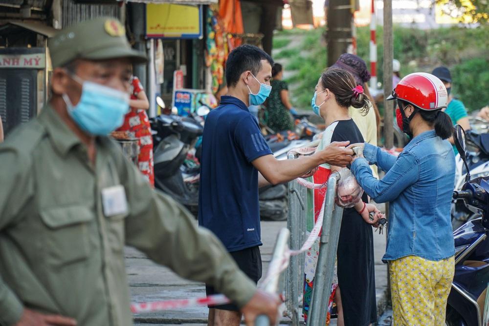 Hà Nội bắt đầu phát phiếu đi chợ cho người dân theo ngày chẵn, ngày lẻ - Ảnh 12.