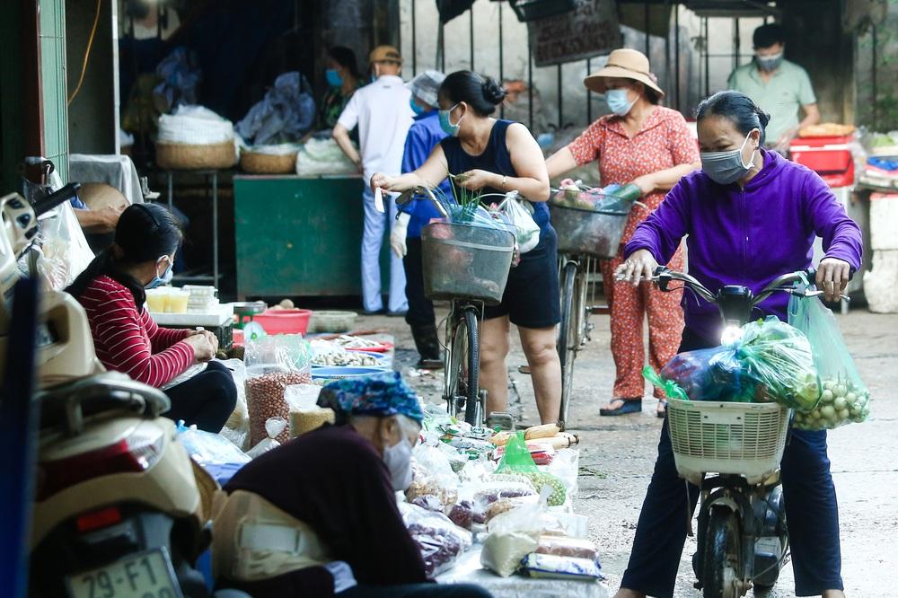 Hà Nội bắt đầu phát phiếu đi chợ cho người dân theo ngày chẵn, ngày lẻ - Ảnh 13.