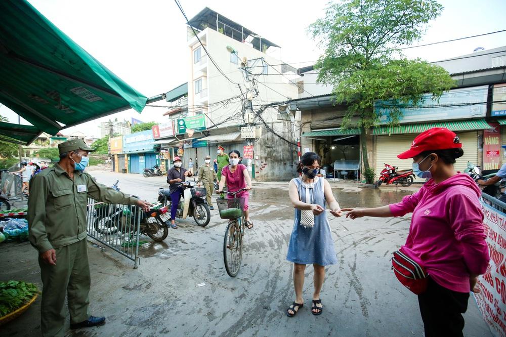 Hà Nội bắt đầu phát phiếu đi chợ cho người dân theo ngày chẵn, ngày lẻ - Ảnh 4.