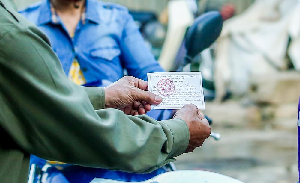 Hà Nội bắt đầu phát phiếu đi chợ cho người dân theo ngày chẵn, ngày lẻ - Ảnh 5.