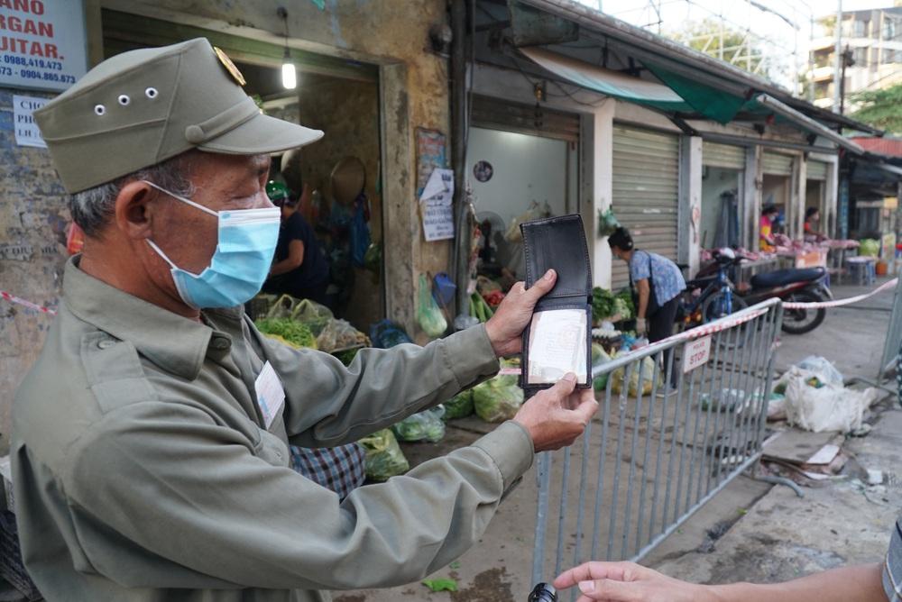 Hà Nội bắt đầu phát phiếu đi chợ cho người dân theo ngày chẵn, ngày lẻ - Ảnh 6.