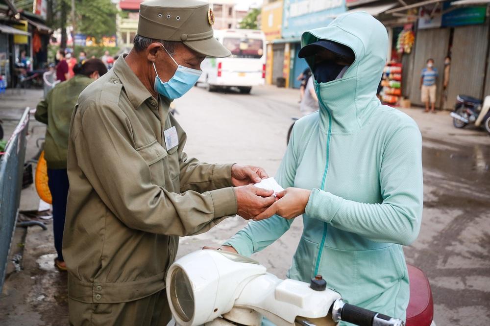 Hà Nội bắt đầu phát phiếu đi chợ cho người dân theo ngày chẵn, ngày lẻ - Ảnh 7.