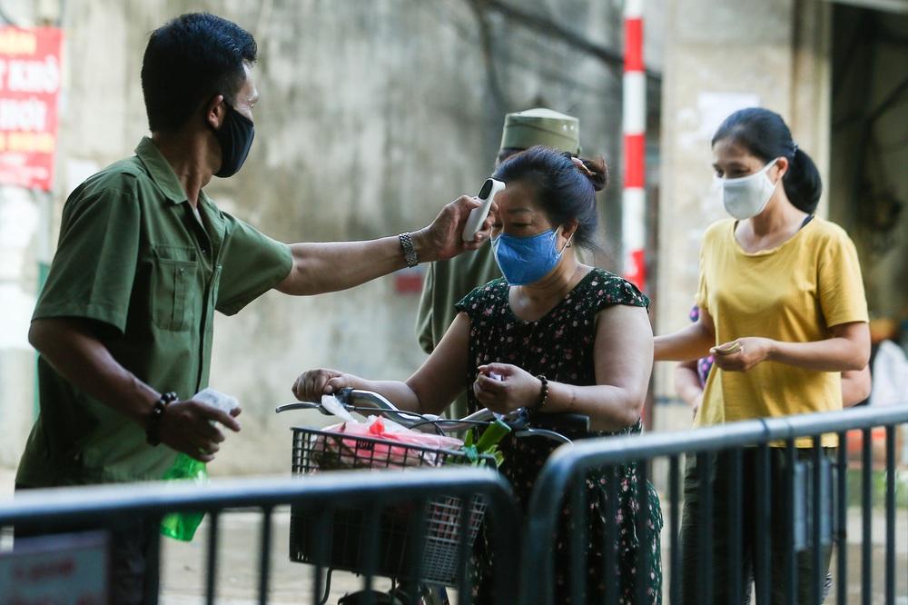 Hà Nội bắt đầu phát phiếu đi chợ cho người dân theo ngày chẵn, ngày lẻ - Ảnh 8.