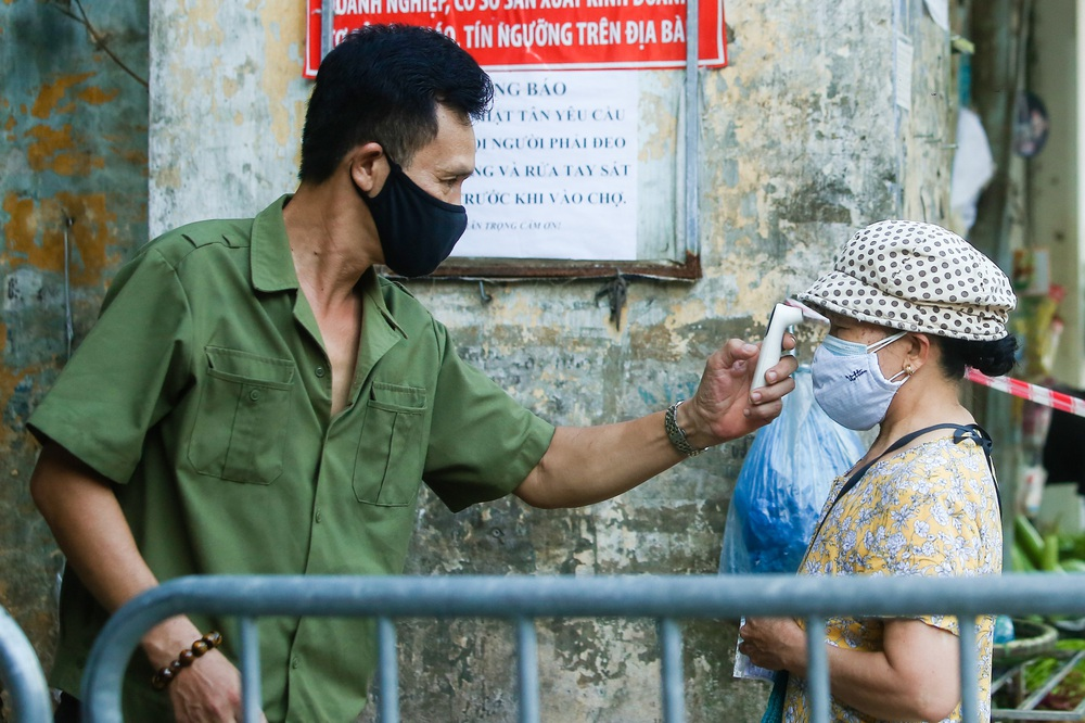 Hà Nội bắt đầu phát phiếu đi chợ cho người dân theo ngày chẵn, ngày lẻ - Ảnh 9.