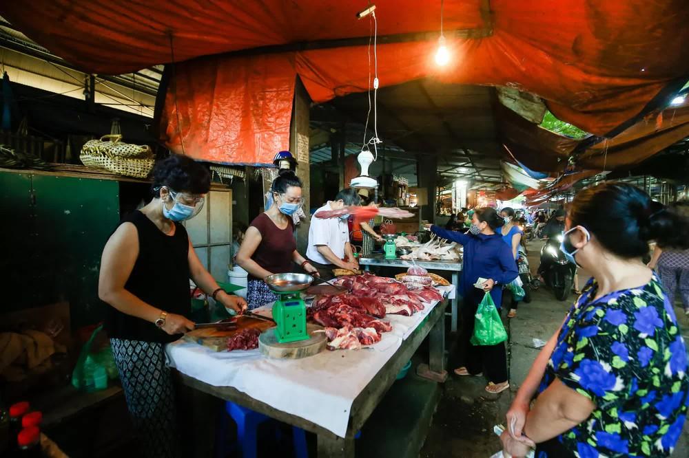 Hà Nội bắt đầu phát phiếu đi chợ cho người dân theo ngày chẵn, ngày lẻ - Ảnh 10.