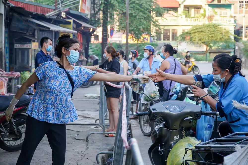 Hà Nội bắt đầu phát phiếu đi chợ cho người dân theo ngày chẵn, ngày lẻ - Ảnh 11.