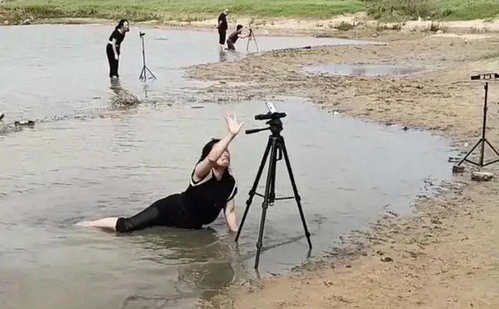 """Lăn lê trong hồ nước cạn để livestream giả vờ đang ở vùng mưa lũ, nhóm truyền thông bất lương nhận đủ """"gạch đá"""" từ cư dân mạng"""