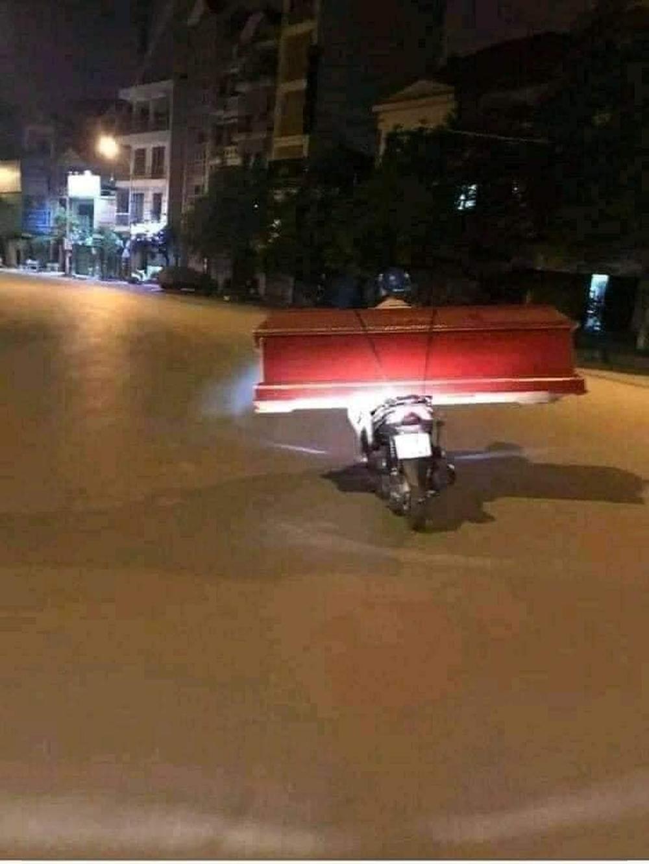 Sự thật về chiếc xe máy chở quan tài trên phố Sài Gòn đêm giới nghiêm - hình ảnh cứa lòng người mùa dịch - Ảnh 1.