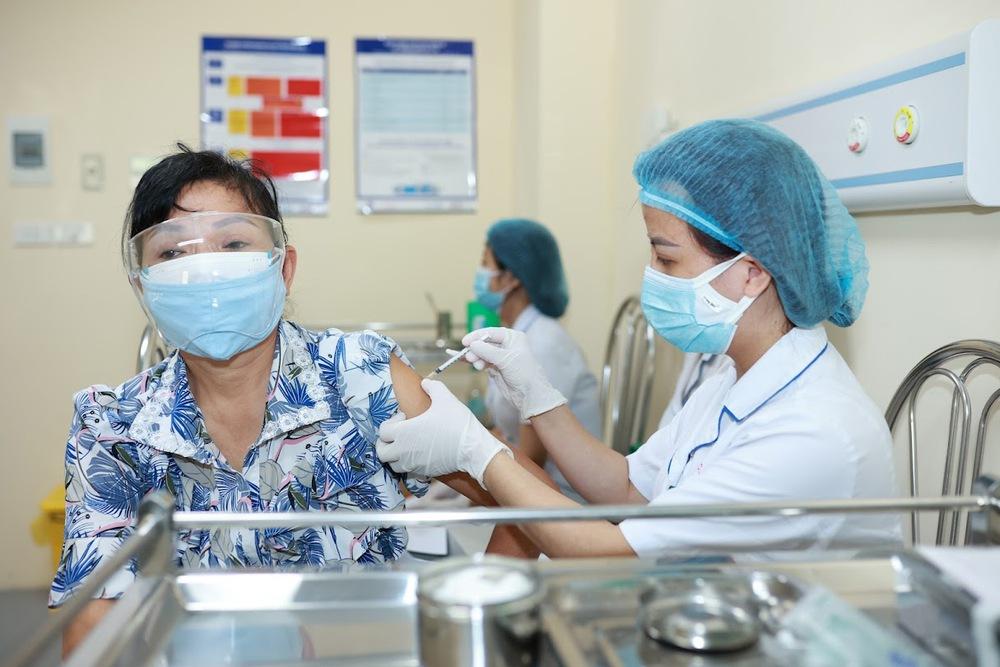 Chuyên gia: Giờ đang là thời điểm vàng để TP HCM tăng tốc tiêm vaccine COVID-19 - Ảnh 1.