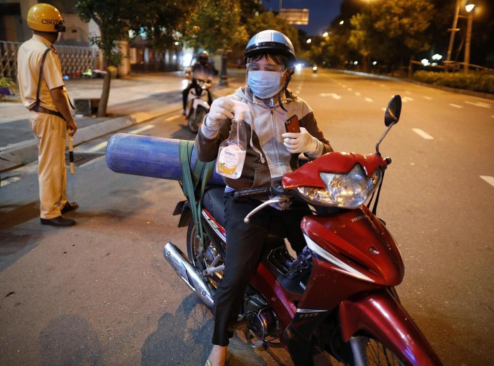 Vụ bố đi mua bình oxy cứu con: Được ủng hộ 500 triệu đồng và những cuộc gọi xuyên đêm từ người lạ  - Ảnh 1.
