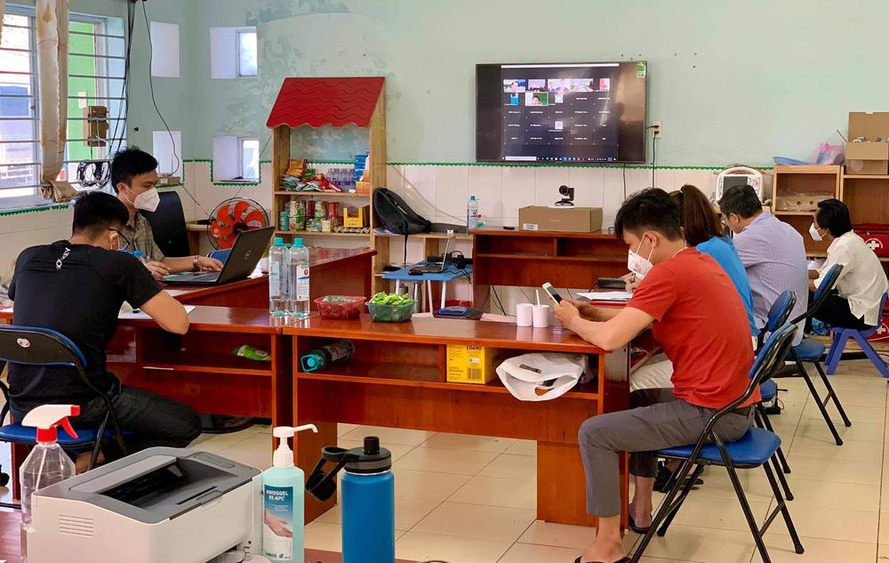 Những công việc không tên khổng lồ ở bệnh viện dã chiến TP HCM - Ảnh 1.