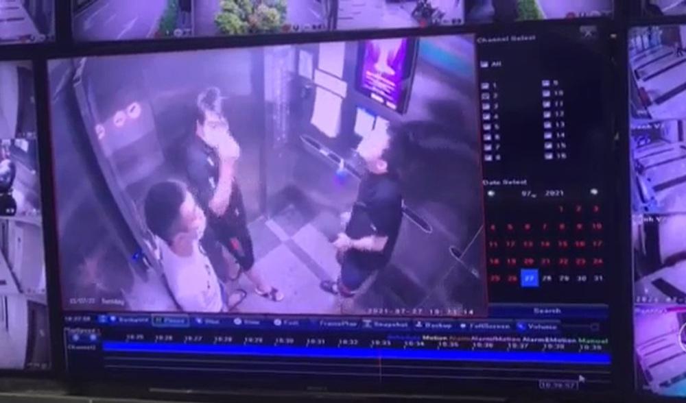 Hà Nội: Nam thanh niên khạc nhổ trong thang máy chung cư, lấy khẩu trang lau miệng rồi treo lên lọ nước sát khuẩn - Ảnh 1.