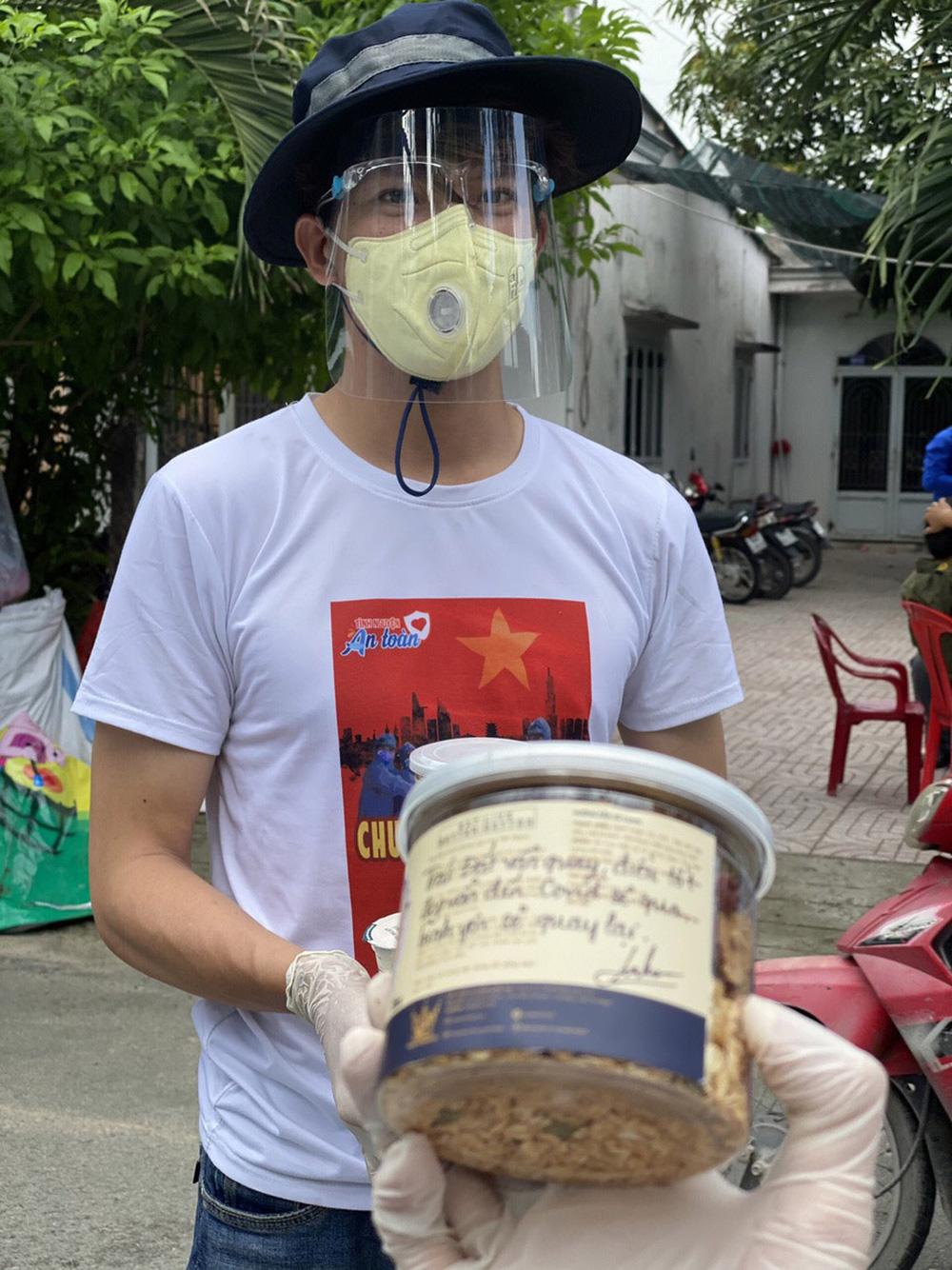 MC Minh Khang đau đớn, rối bời khi không thể về quê chịu tang cha  - Ảnh 2.