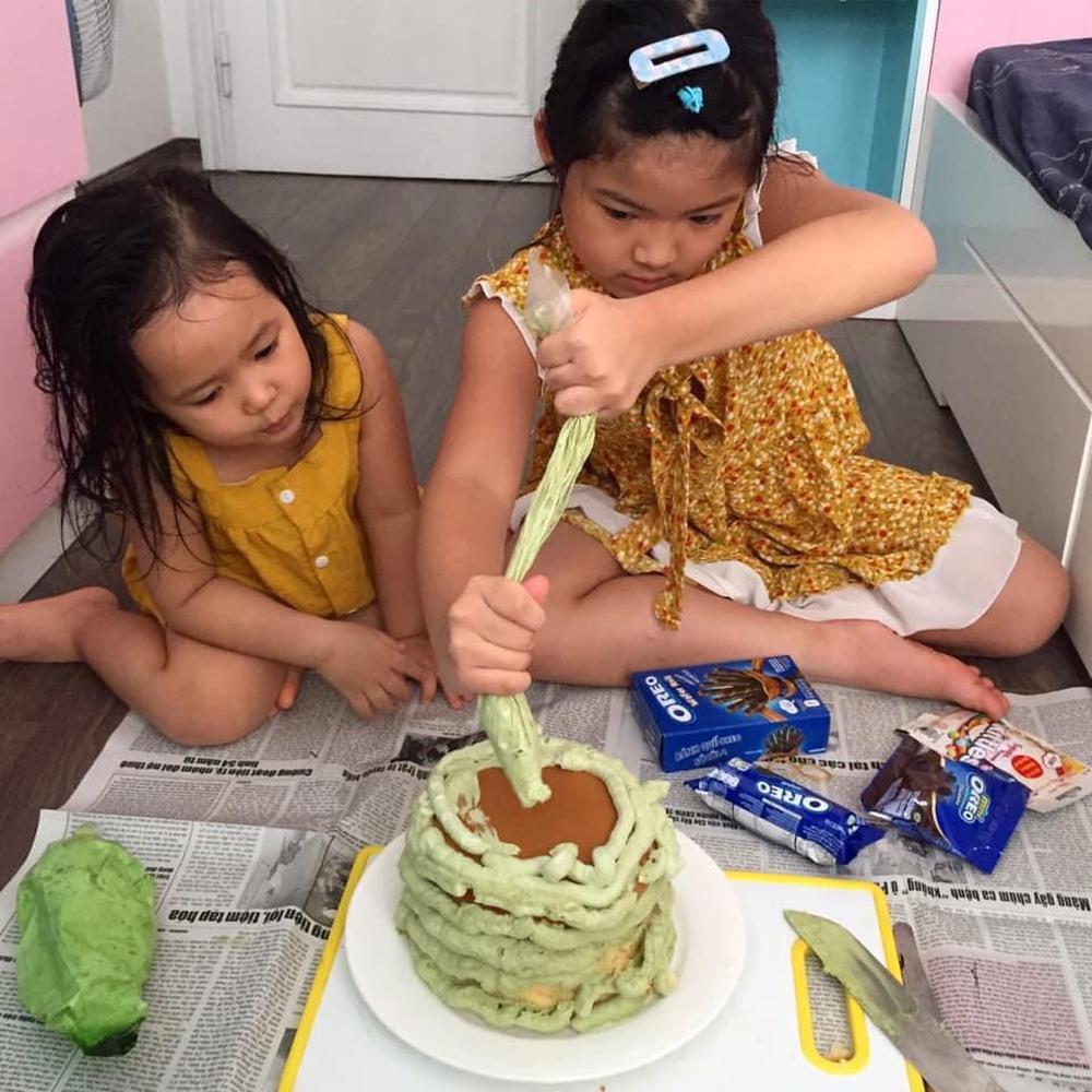 Con gái khóc thét khi nhìn thấy bánh sinh nhật mùa Covid mẹ và chị làm tặng, bố đảm đang ra tay trợ giúp  - Ảnh 1.