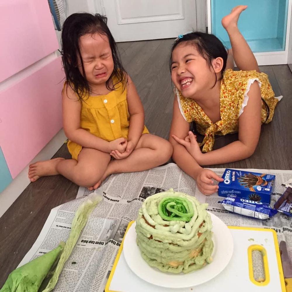 Con gái khóc thét khi nhìn thấy bánh sinh nhật mùa Covid mẹ và chị làm tặng, bố đảm đang ra tay trợ giúp  - Ảnh 2.