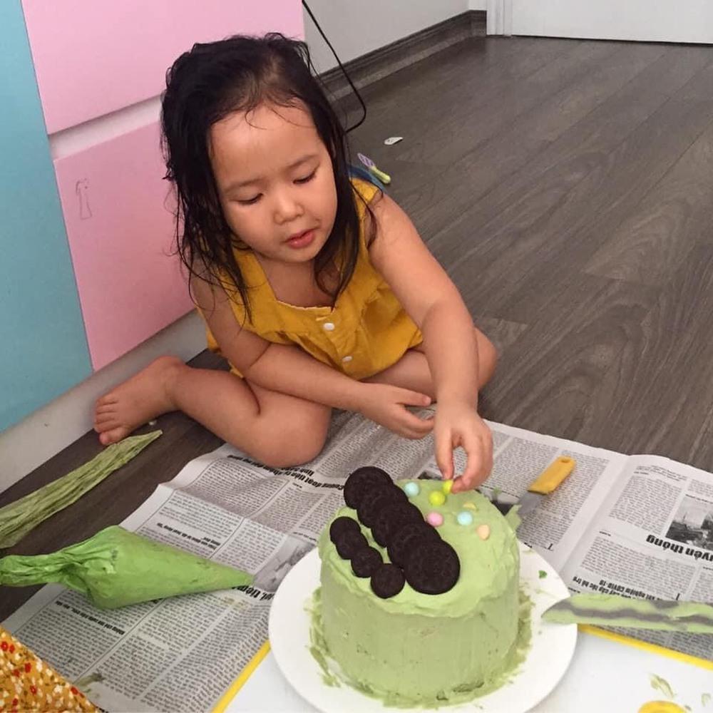 Con gái khóc thét khi nhìn thấy bánh sinh nhật mùa Covid mẹ và chị làm tặng, bố đảm đang ra tay trợ giúp  - Ảnh 4.