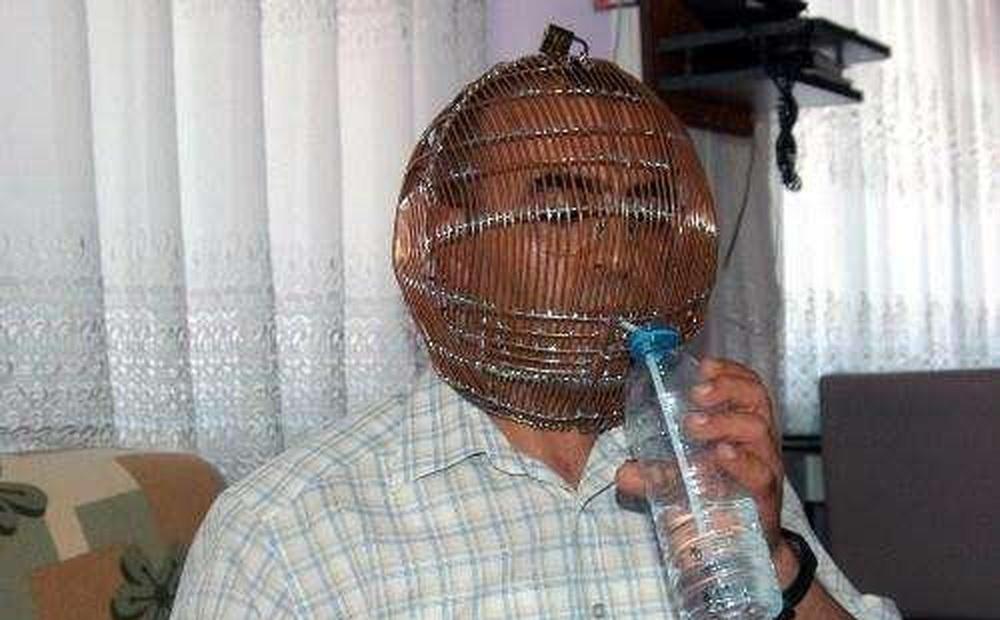 Người đàn ông bị chê cười vì đội lồng sắt trên đầu cả ngày nhưng quyết không gỡ xuống, biết lý do nhiều người phải nể