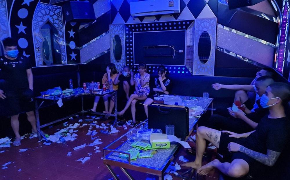 Chủ quán karaoke ở Vĩnh Phúc rủ nhóm bạn