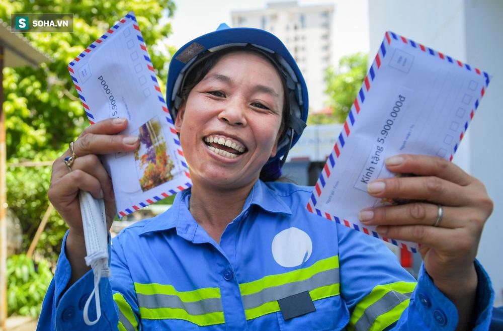 Trao quà tặng 47 công nhân thu gom rác bị nợ lương ở Hà Nội: Sướng quá! Hôm nay nhà tôi sẽ có một bữa cơm có thịt rồi! - Ảnh 9.
