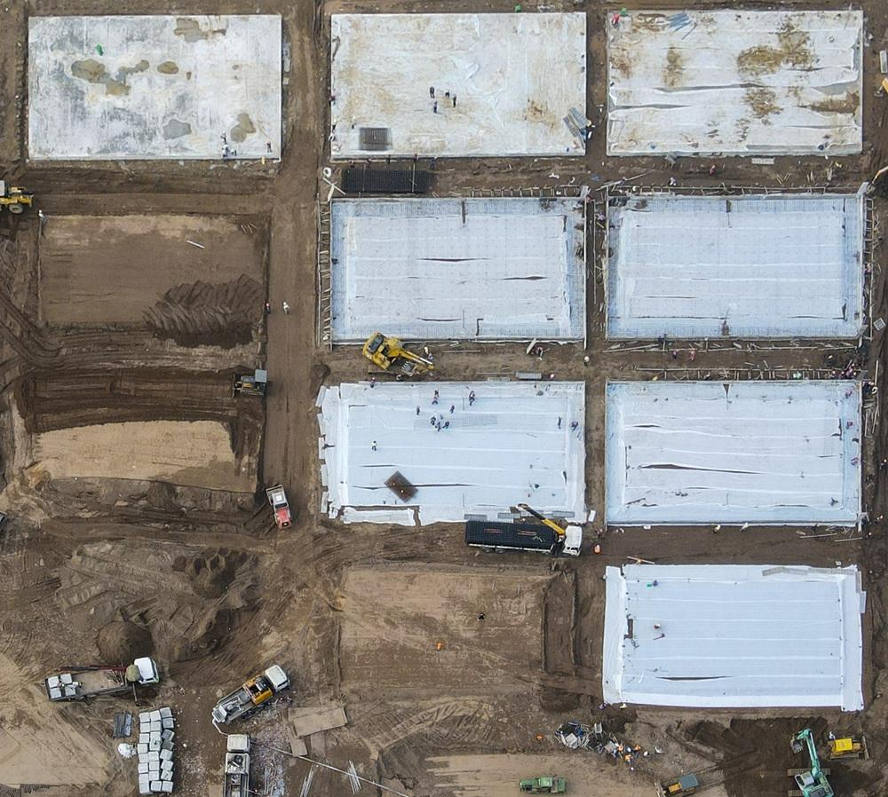 Hà Nội: Hàng trăm công nhân thần tốc xây dựng bệnh viện dã chiến điều trị bệnh nhân COVID-19 - Ảnh 4.