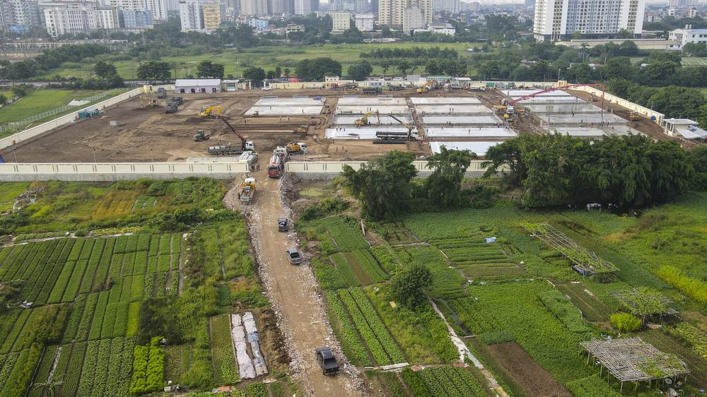 Hà Nội: Hàng trăm công nhân thần tốc xây dựng bệnh viện dã chiến điều trị bệnh nhân COVID-19 - Ảnh 1.