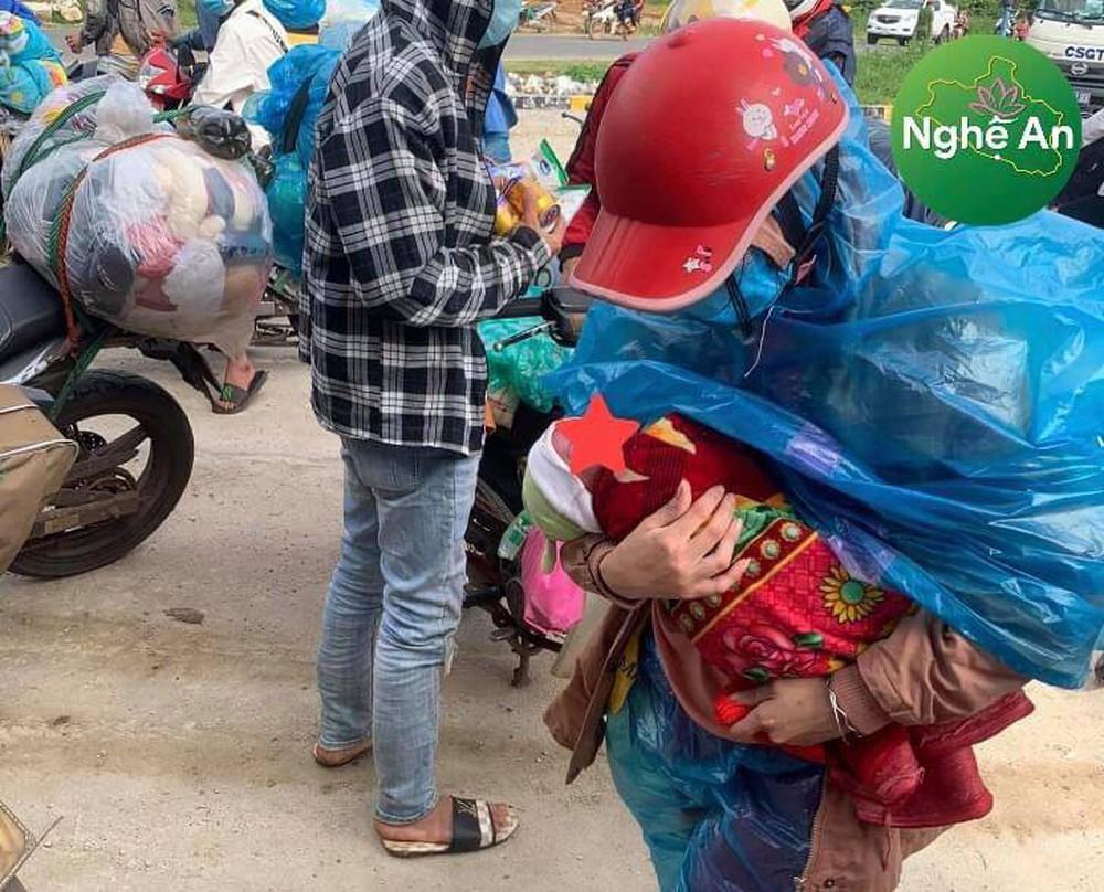 Xót xa em bé 10 ngày tuổi cùng bố mẹ vượt 1400km về Nghệ An tránh dịch Covid-19 - Ảnh 2.