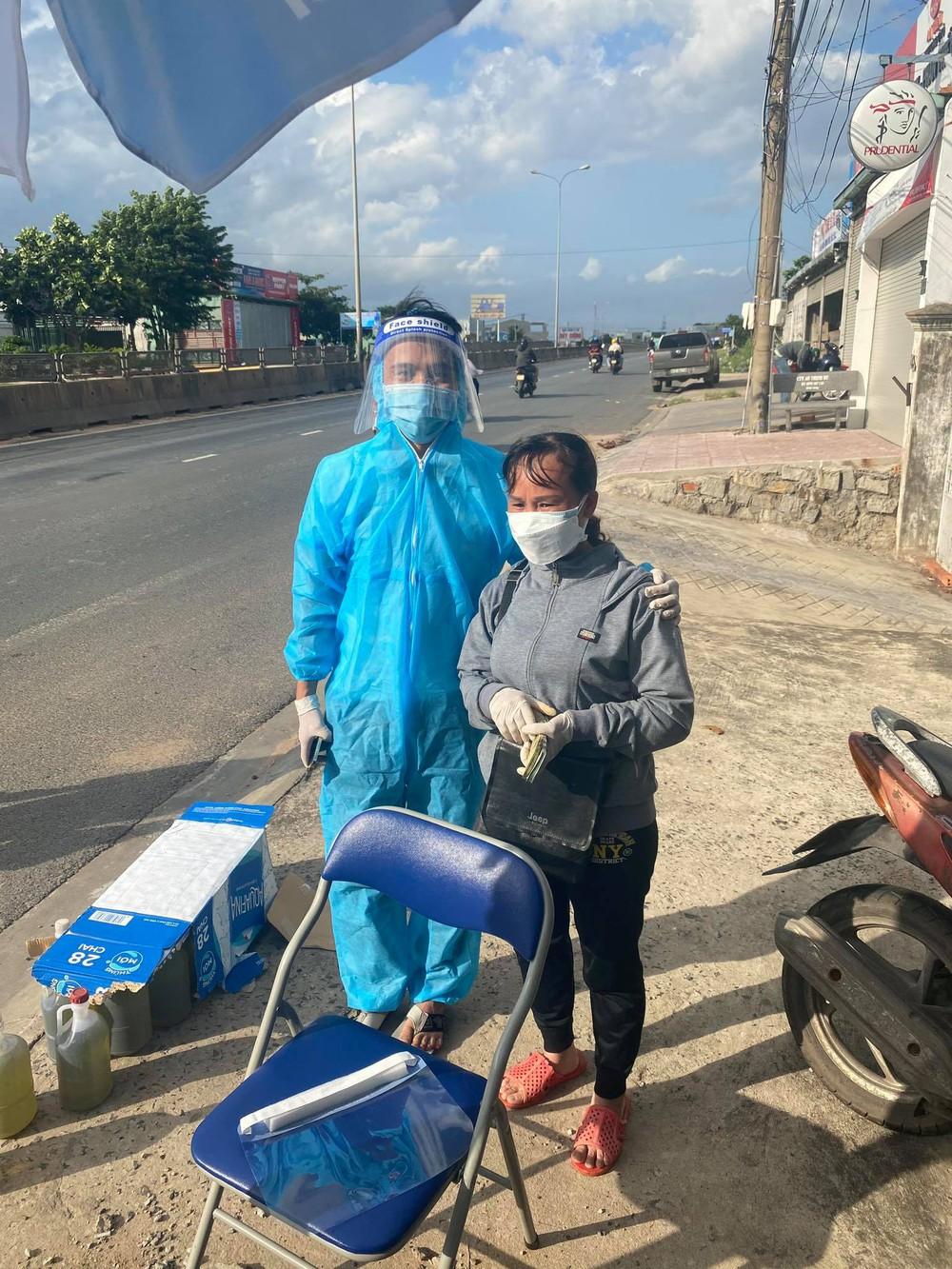 Danh tính người phụ nữ đi dép tổ ong, cầm xấp tiền hỗ trợ bà con chạy xe máy về quê tránh dịch - Ảnh 1.