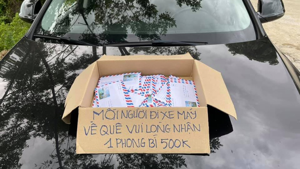Người phụ nữ Nghệ An hỗ trợ người dân chạy xe máy về quê tránh dịch: Mỗi phong bì 500 nghìn, vui lòng nhận - Ảnh 1.