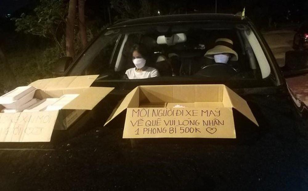 """Người phụ nữ Nghệ An hỗ trợ người dân chạy xe máy về quê tránh dịch: """"Mỗi phong bì 500 nghìn, vui lòng nhận"""""""