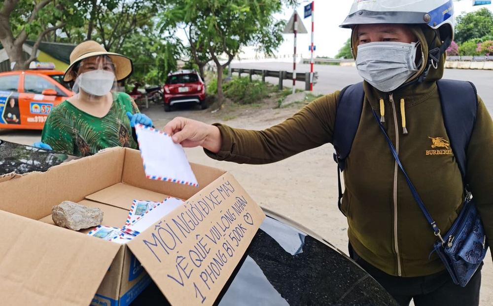 """Đặt thùng tiền tặng người đi xe máy trốn dịch về quê: """"Nặng lòng với bà con quá, mong họ sẽ vượt qua!"""""""