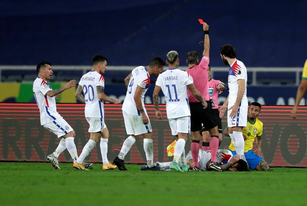 Copa America: Vào bóng như đấu võ, sao Brazil lập tức nhận thẻ đỏ rời sân - Ảnh 2.