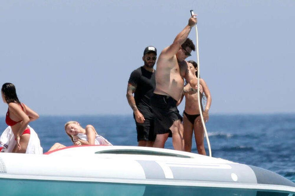 Ronaldo de Lima gây chú ý khi đi nghỉ dưỡng cùng bạn gái - Ảnh 3.