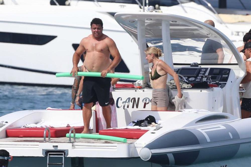 Ronaldo de Lima gây chú ý khi đi nghỉ dưỡng cùng bạn gái - Ảnh 4.