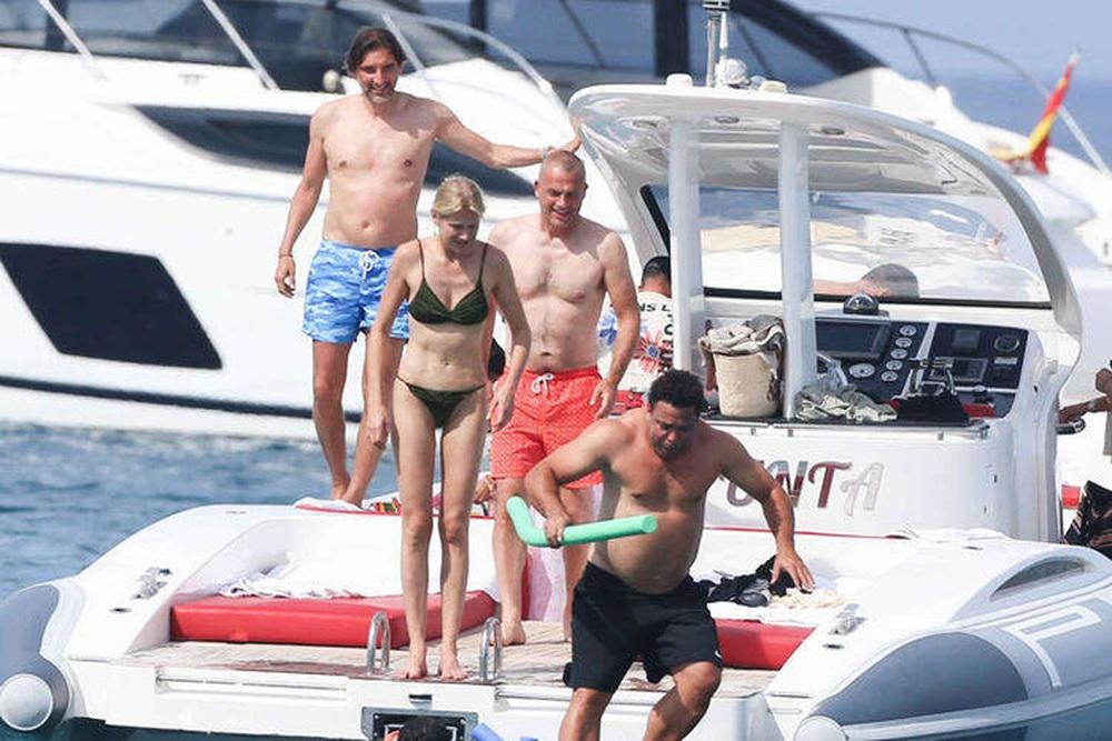 Ronaldo de Lima gây chú ý khi đi nghỉ dưỡng cùng bạn gái - Ảnh 5.
