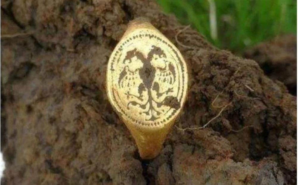 Một anh chàng đào được chiếc nhẫn vàng niên đại 400 năm rất quý giá: Tuyệt nhiên không bảo tàng nào dám trưng bày - Vì sao?