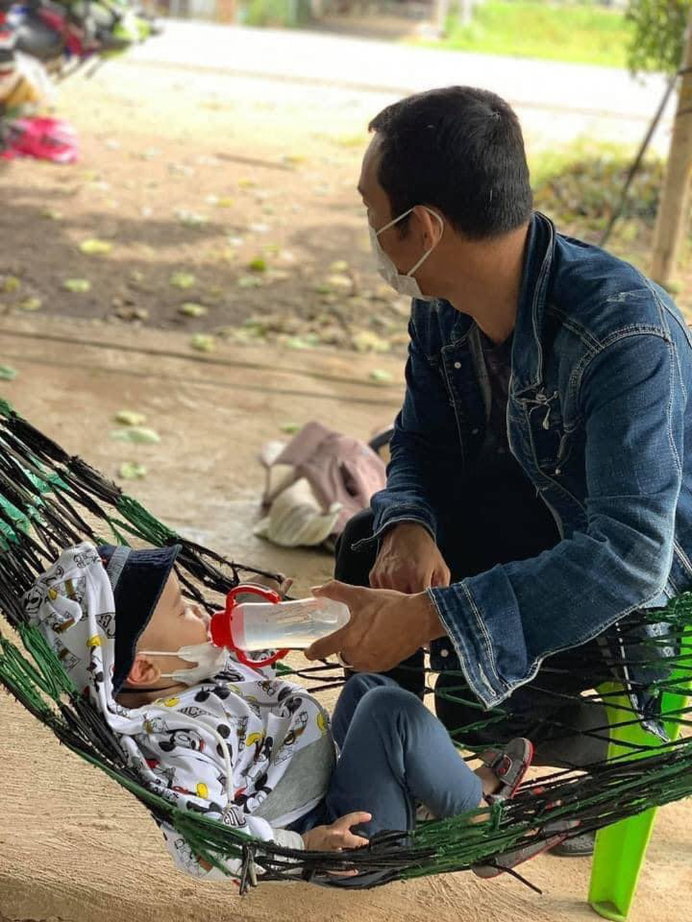 Người bố một mình địu con 2 tuổi đi xe máy hồi hương: Nó nhớ hơi mẹ, cứ khóc suốt - Ảnh 2.