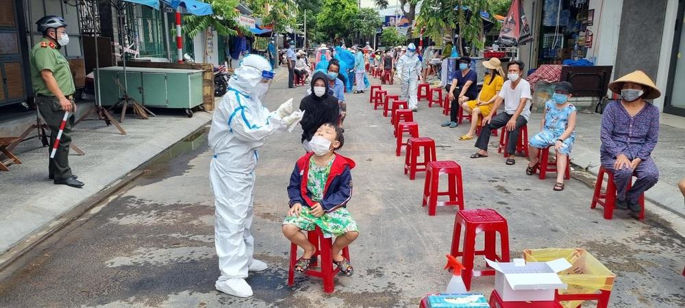 Một cán bộ ở Đà Nẵng xô xát với nữ nhân viên lấy mẫu xét nghiệm - Ảnh 1.