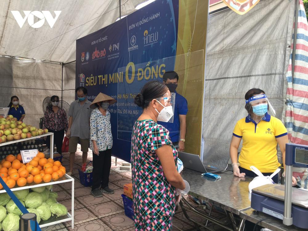 Người dân ở Hà Nội phấn khởi đi Siêu thị mini 0 đồng giữa dịch Covid-19 - Ảnh 1.
