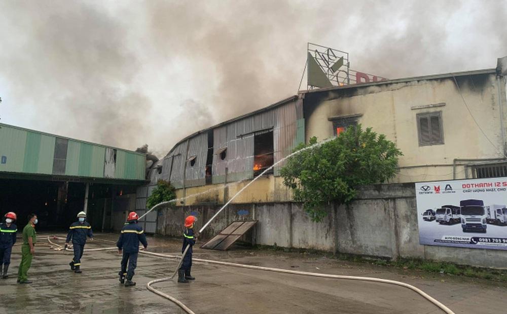 Hà Nội: Cháy xưởng gỗ hơn 6.000m2 ở Chương Mỹ, nhiều đồ đạc bị thiêu rụi