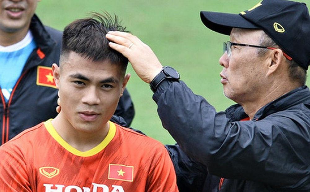 Tuyển thủ Việt Nam phải chui gầm bàn, trùm áo che mặt chạy trốn khi thua bóng bàn