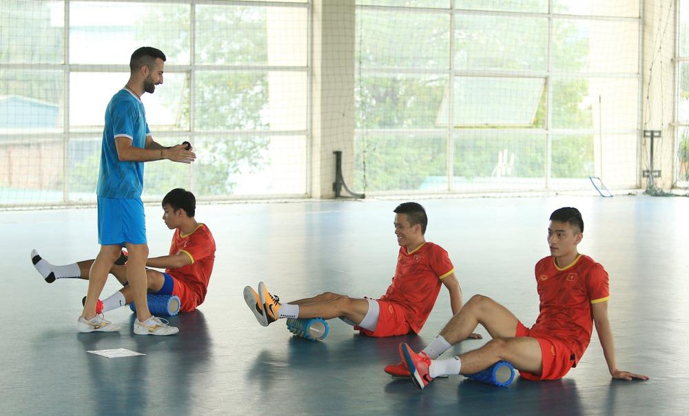 ĐT Việt Nam căng mình tập luyện trước trận giao hữu với Tây Ban Nha - Ảnh 1.