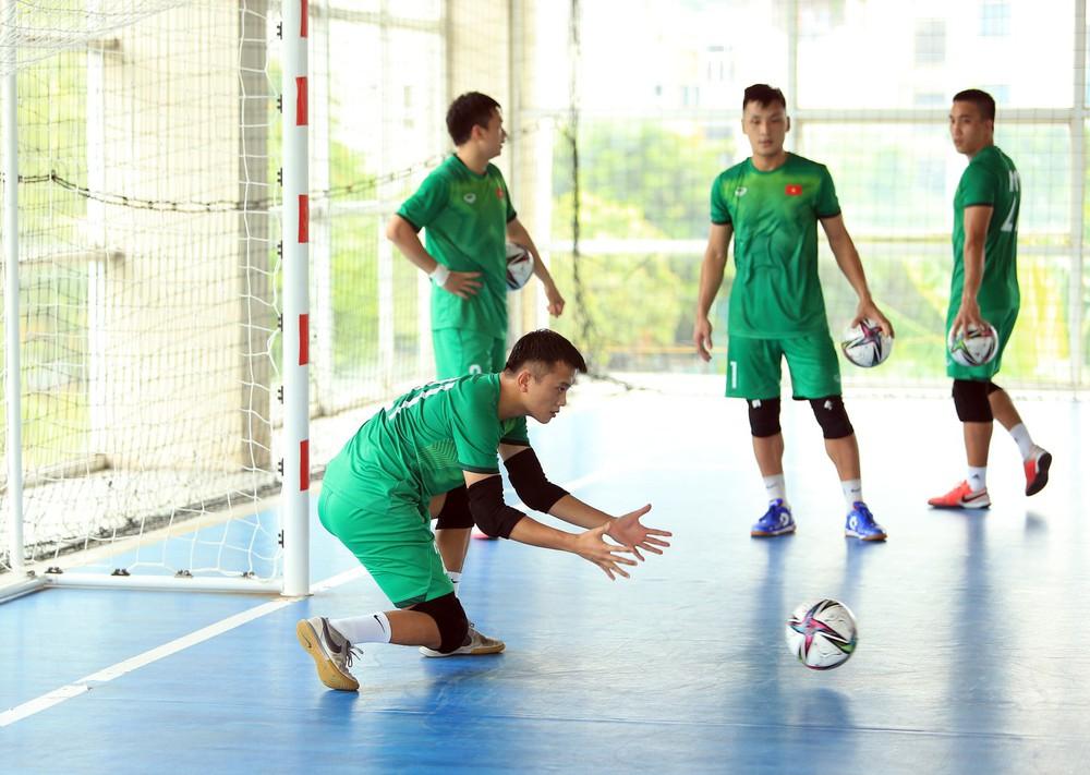 ĐT Việt Nam căng mình tập luyện trước trận giao hữu với Tây Ban Nha - Ảnh 2.