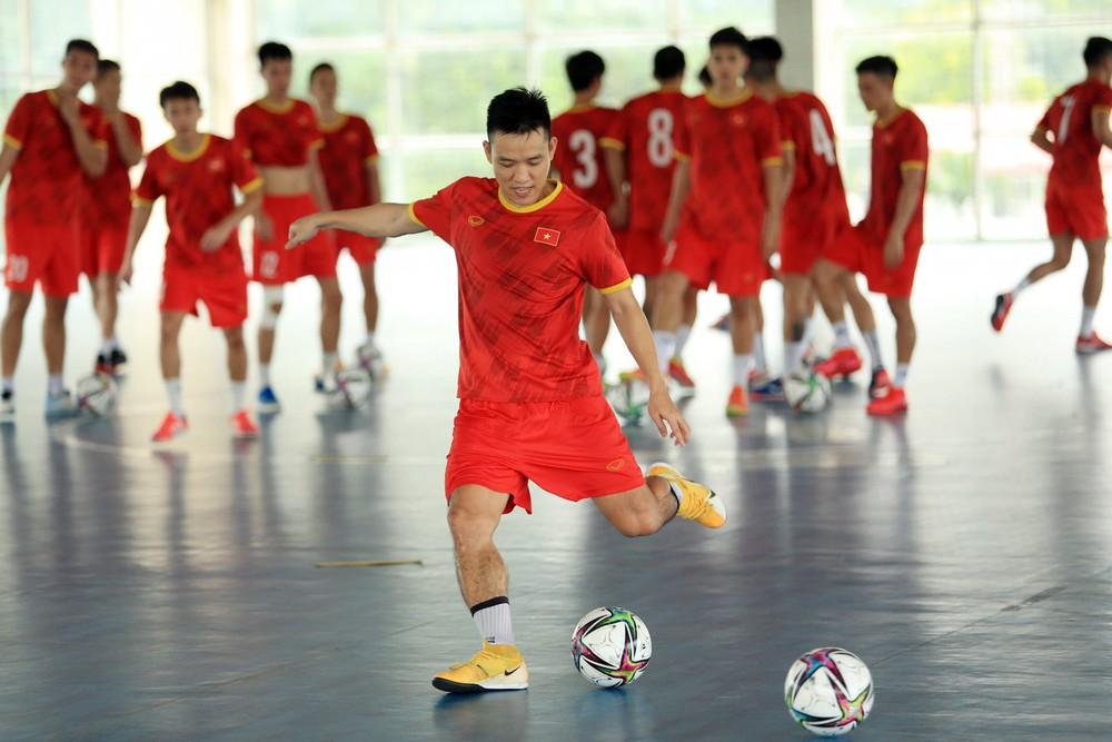 ĐT Việt Nam căng mình tập luyện trước trận giao hữu với Tây Ban Nha - Ảnh 4.