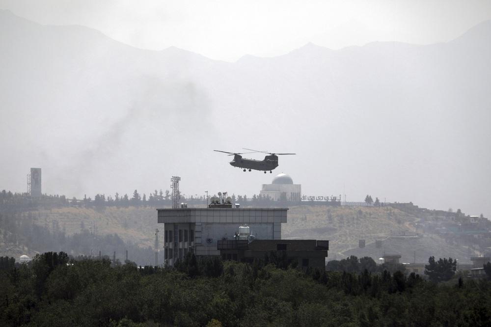 Trực thăng Mỹ sơ tán khẩn cấp công dân và binh sĩ khỏi Afghanistan.