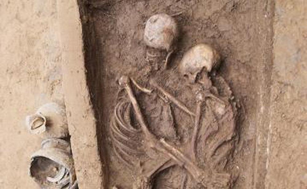 """Khai quật mộ cổ Trung Quốc 1.600 tuổi, bất ngờ tìm thấy 2 bộ hài cốt trong tư thế """"Romeo và Juliet"""""""