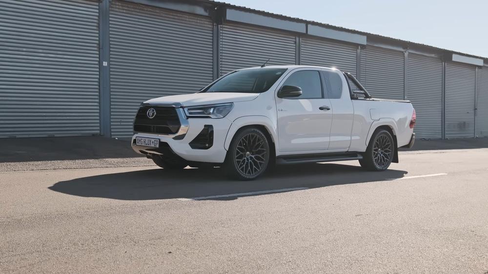 Chiếc bán tải 'hồn Mercedes da Toyota' khiến nhiều người thầm thương trộm nhớ - chuyện gì đã xảy ra? - Ảnh 1.