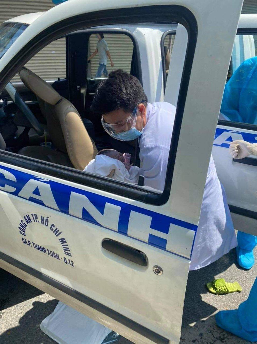 5 phút sau khi bị phòng khám từ chối, người phụ nữ sinh con ngay trên xe cảnh sát  - Ảnh 2.